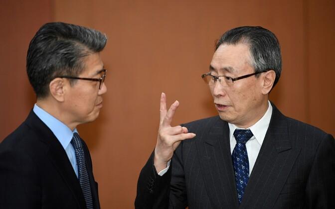 Lõuna-Korea diplomaat Kim Hong-kyun (vasakul) ja tema Hiina kolleeg Wu Dawei.