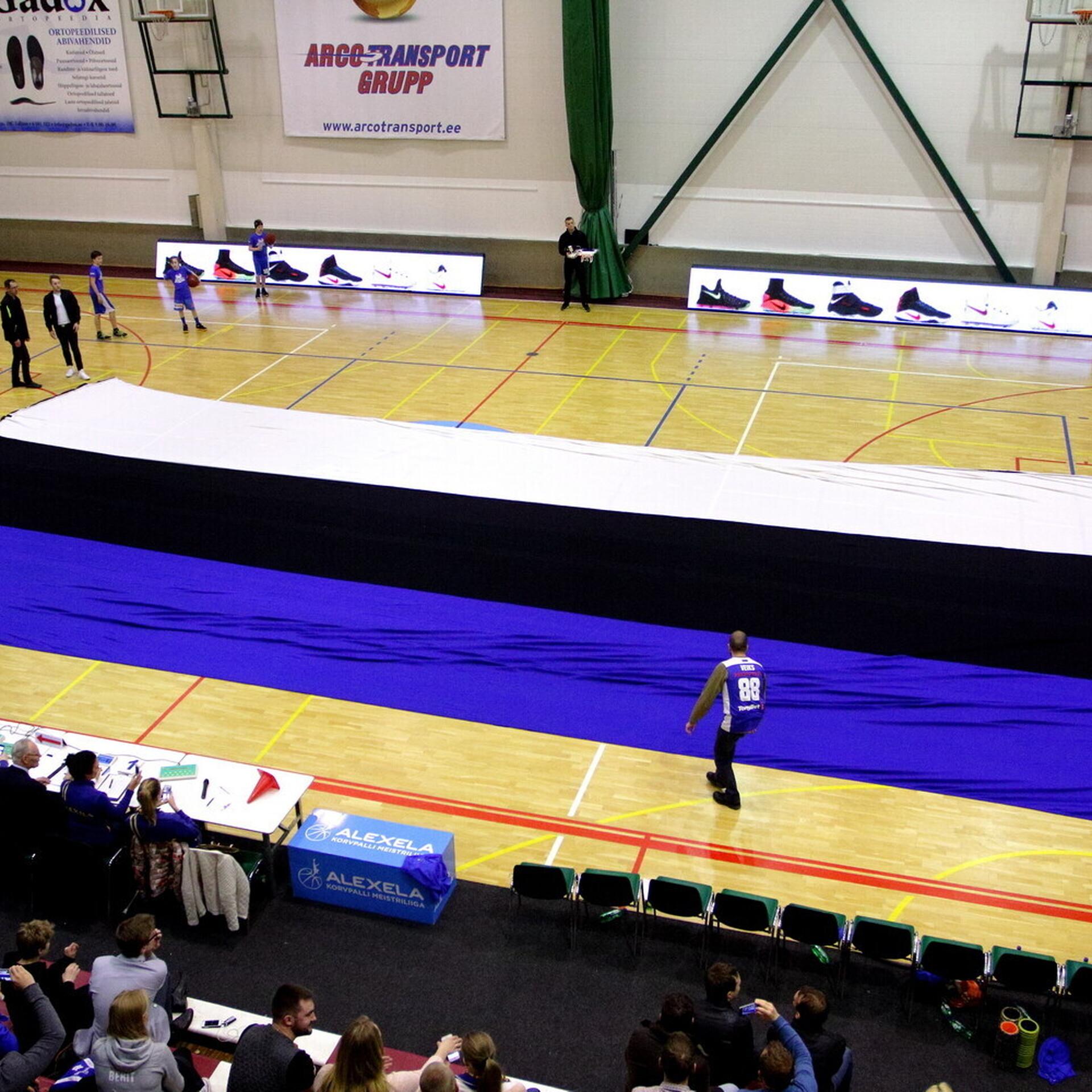 b0cf1bb319c FOTOD | Audentese spordihoones laotati põrandale hiiglaslik Eesti lipp |  Korvpall | ERR