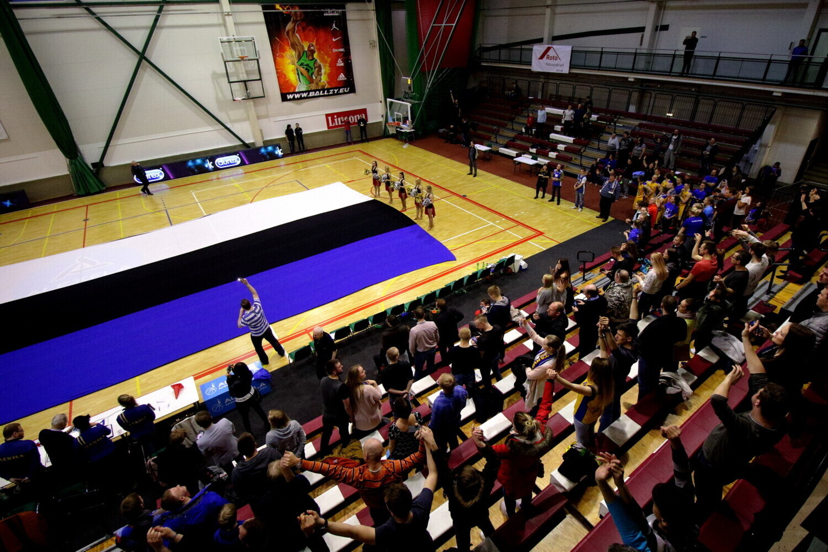 e4a4c1c044d FOTOD | Audentese spordihoones laotati põrandale hiiglaslik Eesti ...