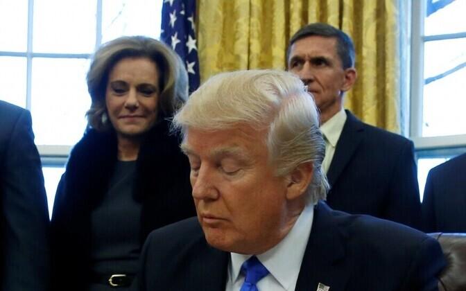 K. T. McFarland president Trumpi selja taga seismas 28. jaanuaril.