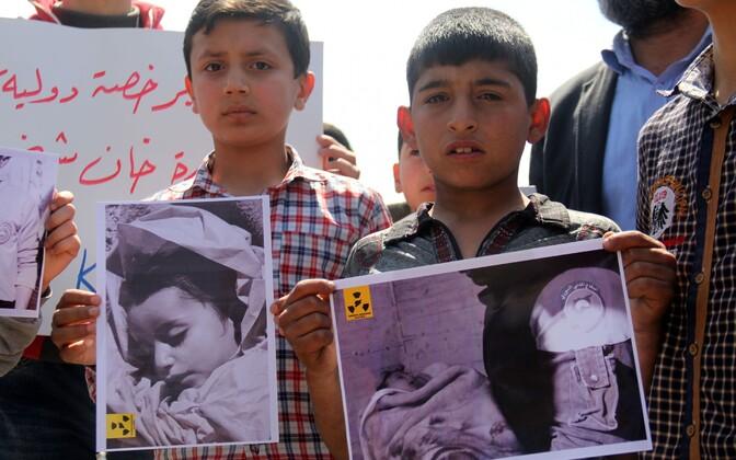 Khan Sheikhuni elanikud keemiarünnaku vastasel meeleavaldusel.