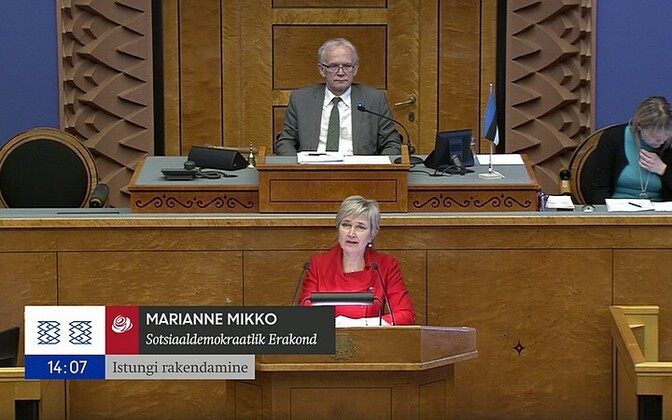 Marianne Mikko submitting her gender quota bill, April 2017.