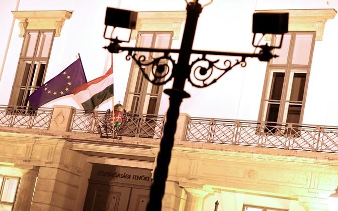Ungari ja Euroopa Liidu lipp Budapestis presidendipaleel