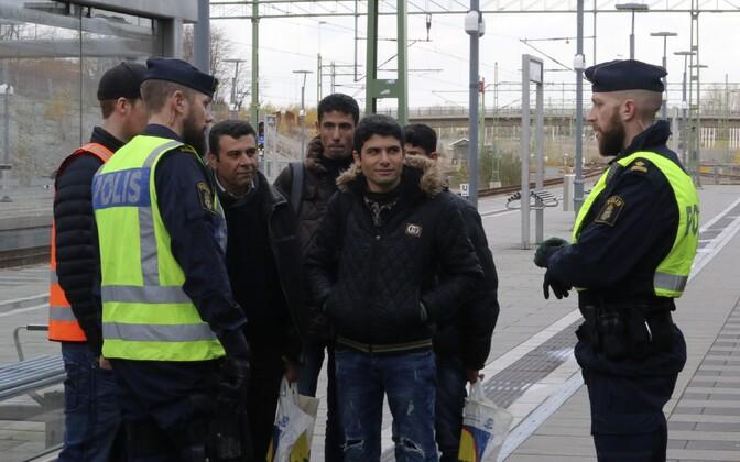 Rootsi politseinikud ja varjupaigataotlejad Malmö rongijaamas 2015. aastal.