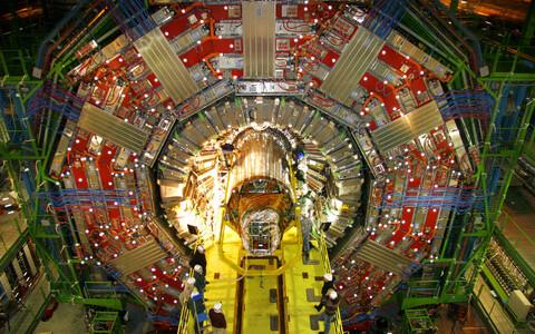 Vastuseid universumi suurimale mõistatusele otsitakse nii makro- kui mikroskaalal. Pildil osakestekiirendi ehitus Euroopa Tuumauuringute Keskuses.