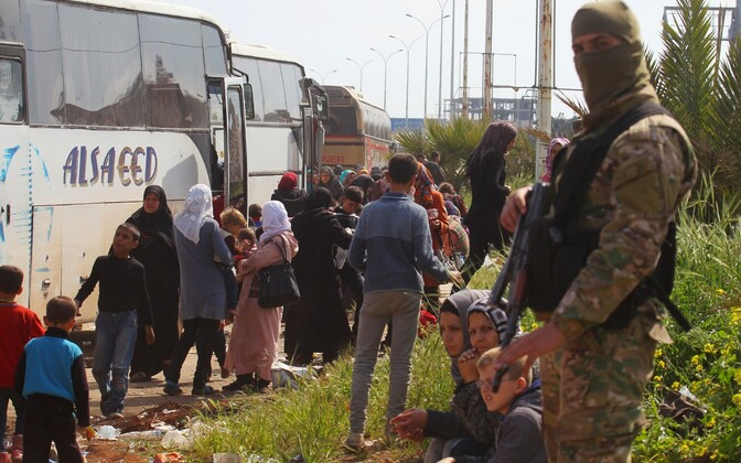 Задержанные в Рашидине автобусы с беженцами.