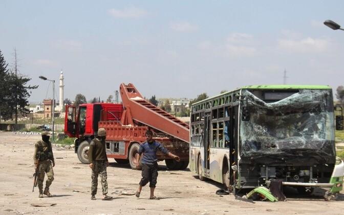 Взрыв прогремел возле автобуса, перевозившего эвакуированных беженцев.