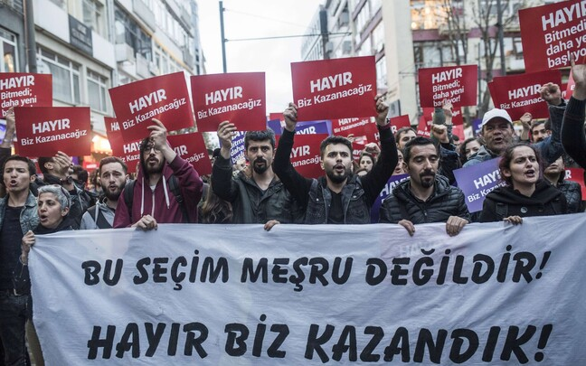 Протестующие против итогов референдума в Стамбуле.