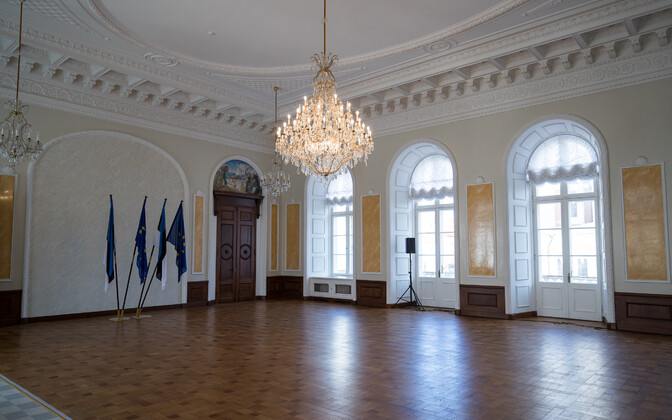 The Riigikogu's White Hall, when the EU flag was still prominently displayed alongside the Estonian blue, black and white.