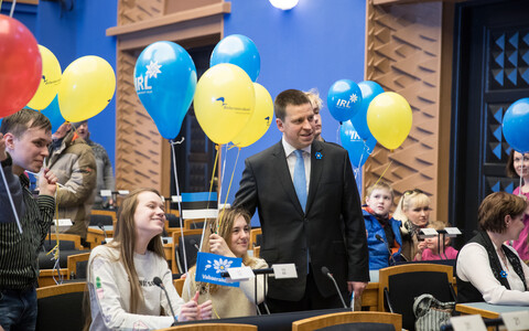 Prime Minister Jüri Ratas (Center) on the Riigikogu's open doors day, Apr. 22, 2017.