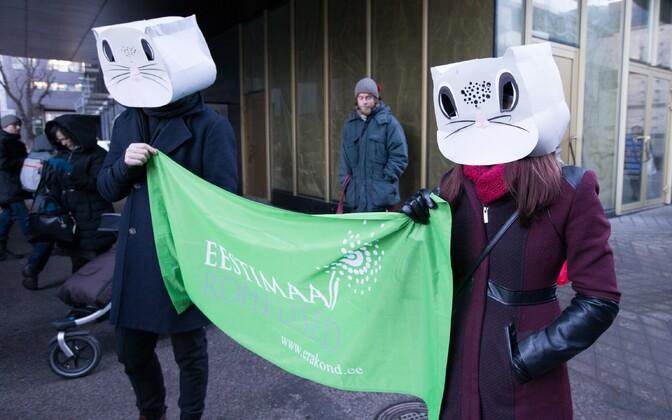 Meeleavaldajad keskkonnaministeeriumi ees.