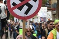 Mitmed marsside korraldajad pelgasid vastuoluliste sõnumite esitamist ja vastandumist. Mõnel juhul osutuseid kartused tõeks. Pildil protestija Los Angeleses toimunud marsil.