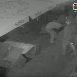 Noored kurjategijad peksavad Tallinna vanalinnas turisti.