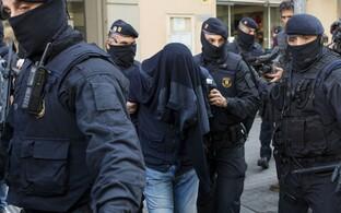 Hispaania politsei kahtlusaluseid kinni pidamas.