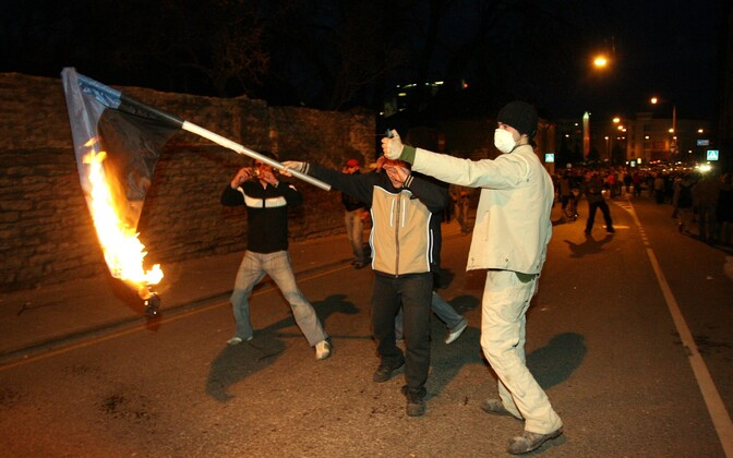 Bronze Night rioters burning the Estonian flag.