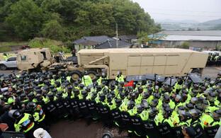 Lõuna-Korea politseinike ahel turvab asukohta saabuvat USA sõjaväeveokit THAAD raketitõrjesüsteemiga.