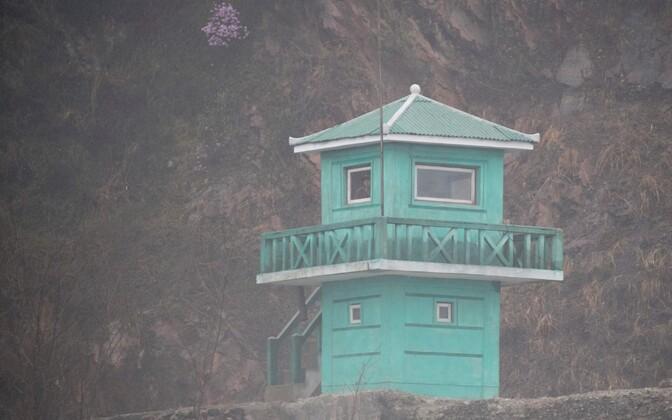 Põhja-Korea sõdur vaatlustornis.