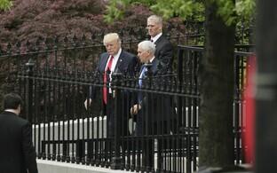 President Donald Trump ja asepresident Mike Pence briifingult lahkumas.