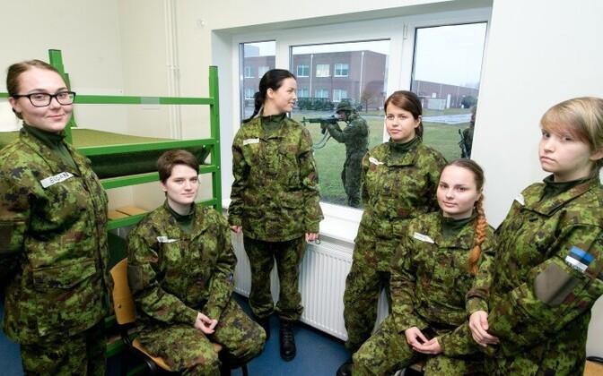 Женщины получили возможность проходить срочную службу в армии с апреля 2013 года.
