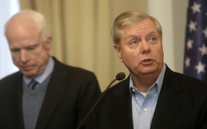 John McCain (vasakul) ja Lindsey Graham.