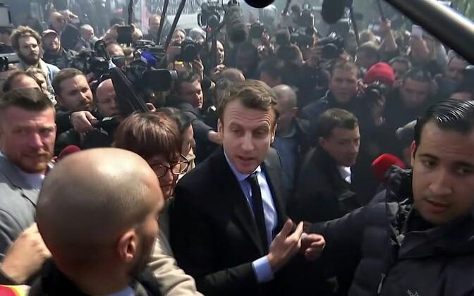 Macron ja vihased töölised Amiens'i suletavas Whirlpooli tehases.