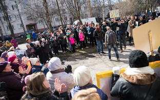 Протест против открытия пункта обмена шприцев на улице Ситси.