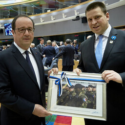 Ratas (right) presented Hollande (left) with a framed photo of French troops at Tapa.