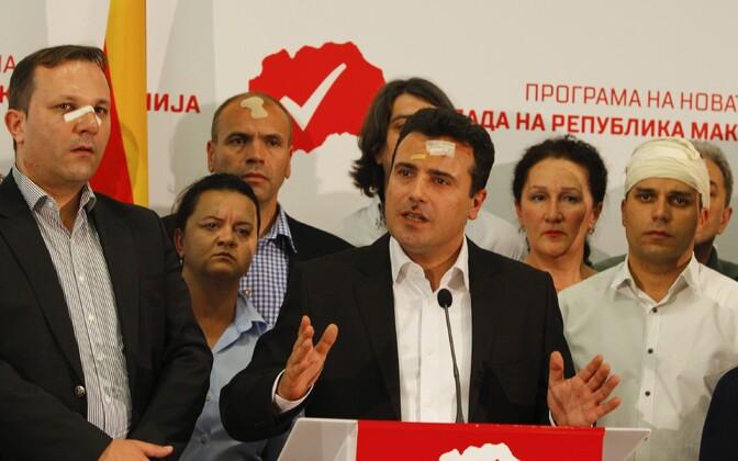 Zoran Zaev (keskel) aprillis pärast kähmlust parlamenti tunginud rahvuslastega.