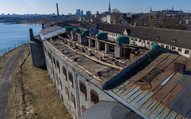 Штормовой ветер сорвал часть крыши с Батарейной крепости.