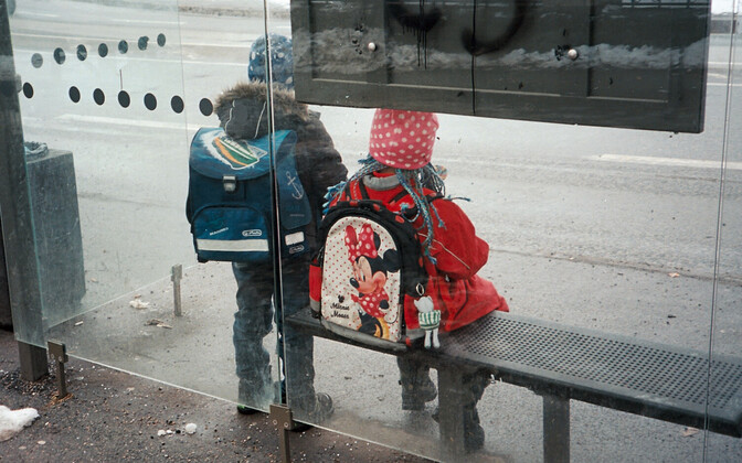 Дети на автобусной остановке.