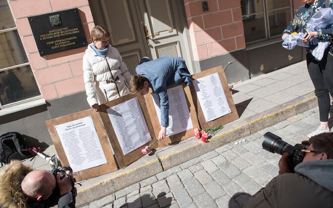 Пикет перед российским посольством в Таллинне.