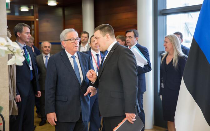 Глава Еврокомиссии Жан-Клод Юнкер (слева) и премьер-министр Эстонии Юри Ратас.