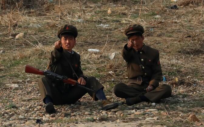 Põhja-Korea sõdurid Hiina piiril Yalu jõe ääres.