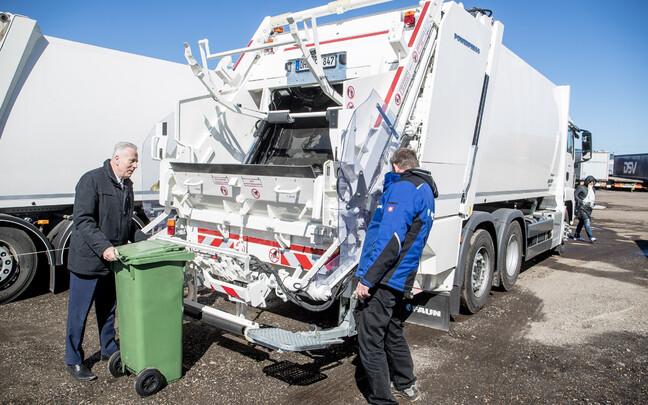 Вице-мэр Таллинна Арво Сарапуу демонстрирует новые столичные мусоровозы.