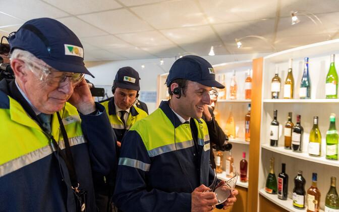 Emmanuel Macron kampaaniakülastusel klaasitehases.