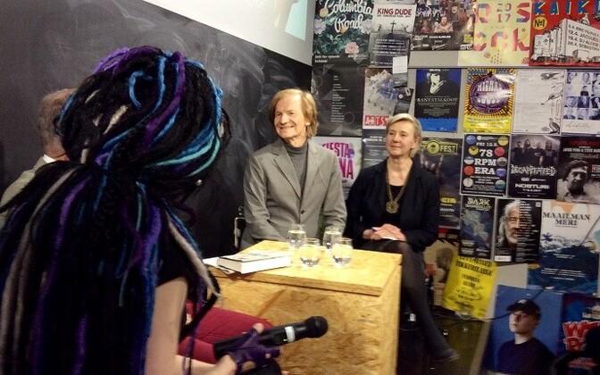 Sofi Oksanen (seljaga) arutas Ilmar Taskaga 2. maailmasõja järgse perioodi üle.