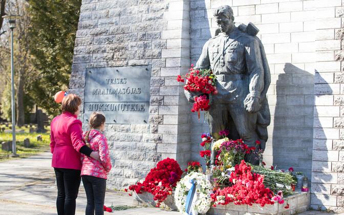 Таллиннцы несут 9 мая цветы к Бронзовому солдату.