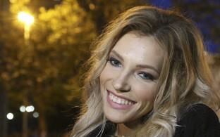 Юлия Самойлова дает интервью журналистам перед выступлением в Крыму.