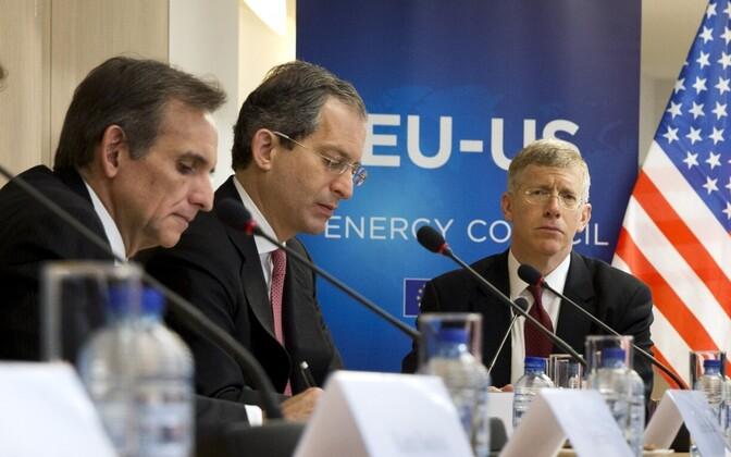 Anthony Gardner (center).