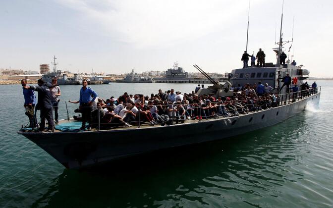 Euroopasse teel olnud migrandid naasevad rannavalvelaeva tekil Tripolisse Liibüas.
