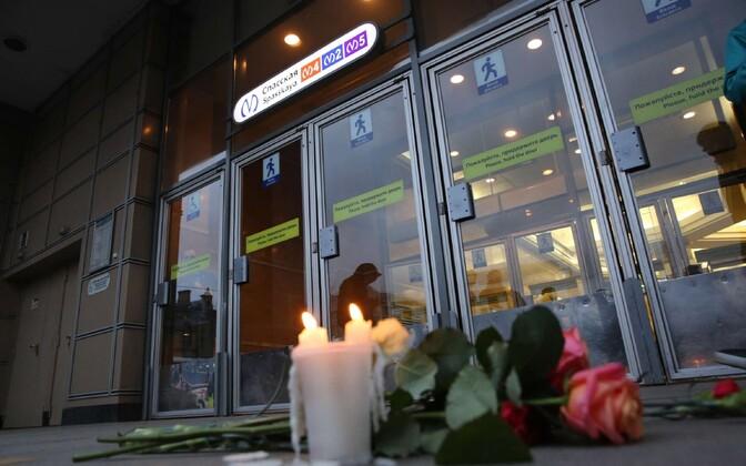 При взрыве в петербургском метро погиблио 15 человек.