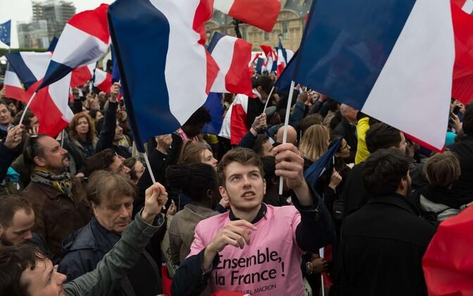 Macroni toetajad valimispäeval juubeldamas.