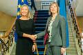 Kersti Kaljulaid tervitab Kadriorus Euroopa Liidu välisasjade esindajat Federica Mogherinit.