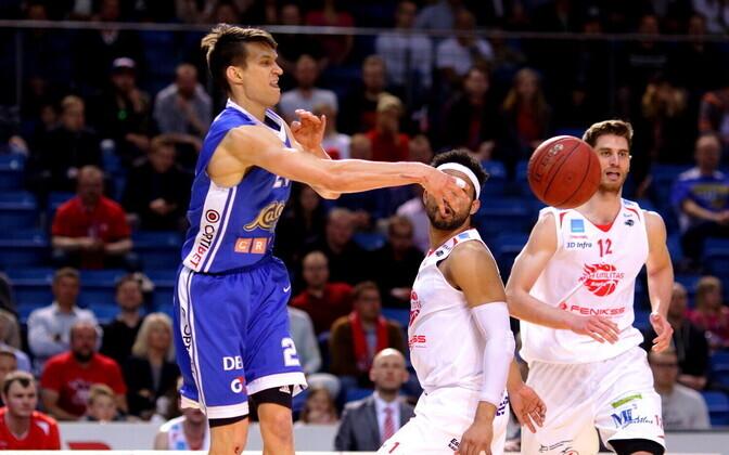 Мартин Дорбек (в синем) продолжит играть за