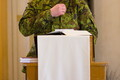 Ühendkuningriigi ja Eesti kaplanid Tapa Jakobi kirikus emadepäeva jumalateenistusel.