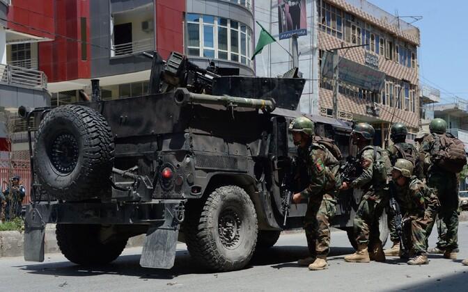 Afganistani julgeolekujõud Jalalabadis riikliku telejaama juures positsioonidele asumas.