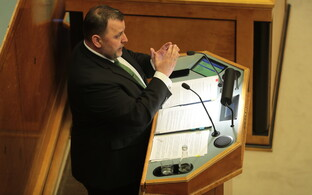 Minister of Finance Sven Sester (IRL) during the Riigikogu's marathon sitting on May 17-18. The opposition grilled Sester at length on the issue of the coalition's tax changes.