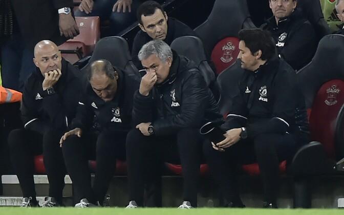 Jose Mourinho (paremalt teine)