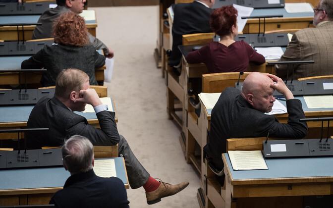Riigikogu liikmed ööistungil.