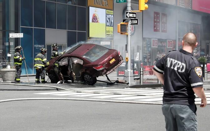 Times Square'il sõitis auto jalakäijate sekka.